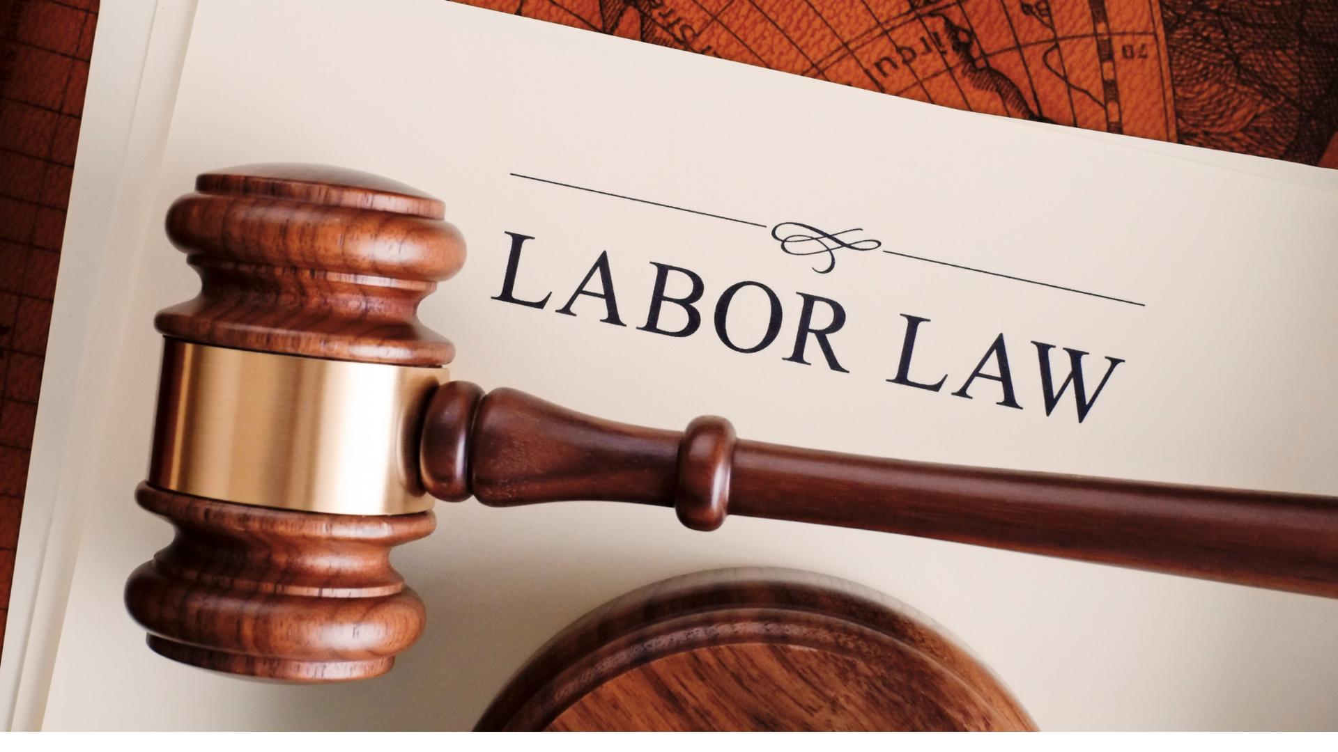 Na imagem contém um martelo que simboliza o direito das leis trabalhistas, para ilustrar o novo visto de proteção à exploração de migrantes na nova zelândia